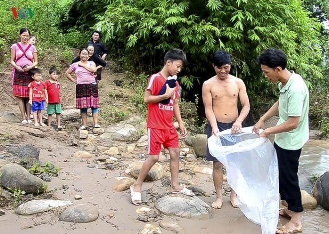Как вьетнамские дети добираются в школу во время наводнений