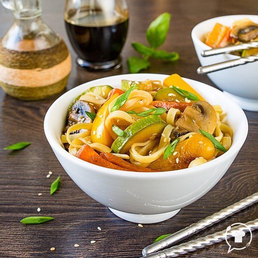Лапша с овощами и соевым соусом