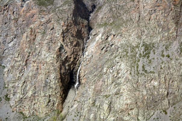 Тут полно рек с самых вершинок. Их почти все называют мужскими слёзами. Снизу я сделаю ещё один кадр. https://vk.com/photo16174219_456263198