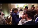 Se liga recepção que a SeleçãoBrasileira recebeu na chegada ao hotel em Sochi. Quanto cari