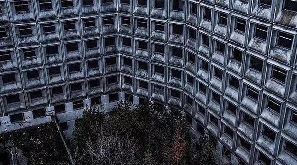 В начале 1980-х годов в Москве в районе Ховрино начали возводить больницу на 1300 коек, которая должна была стать самой большой в стране. Но в 1985 году строительство заморозили - то ли из-за нехватки финансирования, то ли из-за катастрофической ошибки пр