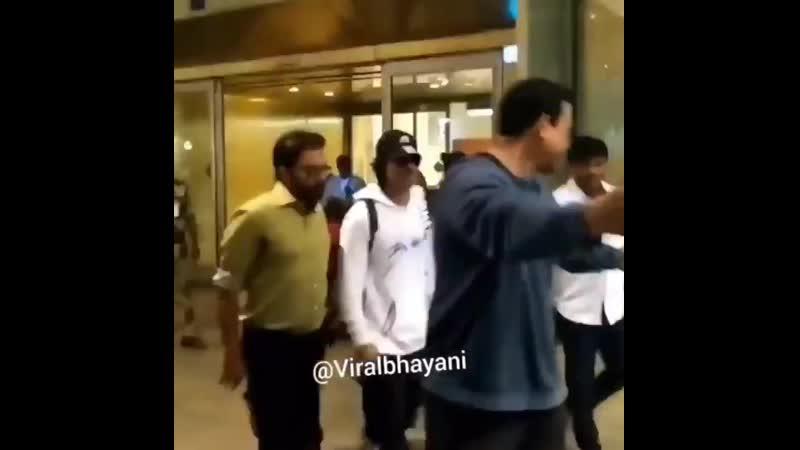 Video ShahRukhKhan @iamsrk with little AbRam at the Mumbai airport