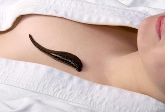 10 необычных домашних средств, которые действительно лечат! 1. «Листерин» лечит грибок ногтей Погружение ног в ёмкость с ополаскивателем для рта «Листерин» дважды в день излечивает большинство случаев грибка ногтей. «Листерин» содержит антисептики и дезинфицирующие вещества. Ему уже нашли много применений – от лечения гонореи до мытья полов. И это еще не всё! Cмотреть пoлнoстью..