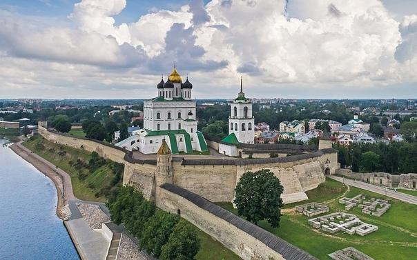 Псковский Кром (Кремль) Появление языческих поселений в этих местах отмечено серединой первого тысячелетия н.э., а первое упоминание о Пскове как об укрепленном городе относится к 903 г.
