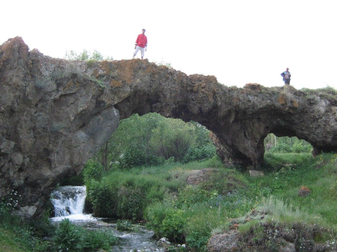 Натуральный двуарочный мост в Цаккaр (Таккар)