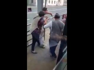 В Минске на остановке контролер и пассажирка поругались и подрались. - - Нет слов