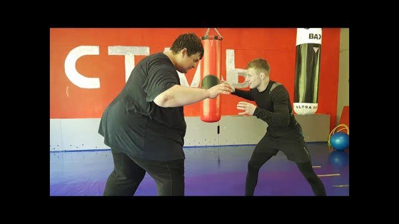 Бой массой 260 kg VS 60 kg - Сумоист против маленького бойца
