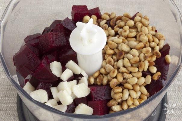 песто из свеклы нам понадобится: - свёкла 300 г (запеченная, очищенная)- кедровый орех 30 г- сыр 30 г (пармезан)- чеснок 1 зуб. (молодой)- соль 1 щеп.- оливковое масло 25 млделаем:для