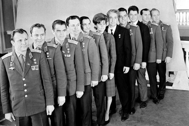 На этом фото одиннадцать первых космонавтов.