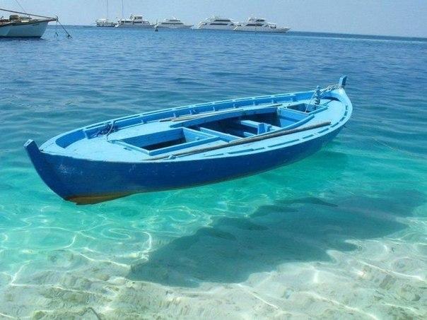 лодка висит над водой