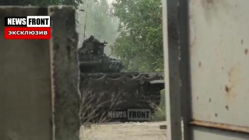 Бой за Марьинку_ Танки и БМП работают по огневым позициям ВСУ под огнем артиллер