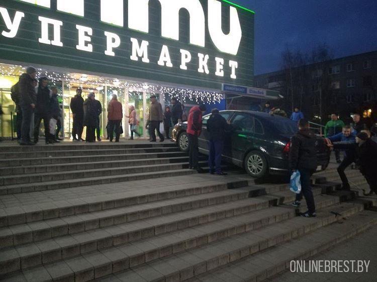 Автомобиль сам завёлся и заехал по ступенькам почти в супермаркет