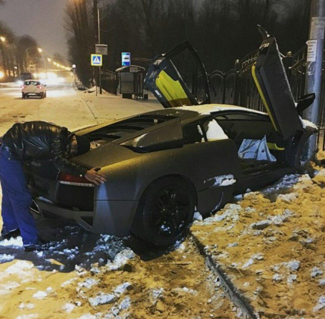 """В Москве водитель на Lamborghini, въехав в столб, сказал """"спасибо, что остался жив"""""""