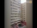 В Астане сосед этажем ниже спас 7-летнего мальчика, который сорвался с карниз.  Мальчик был дома один и таким способом решил вый