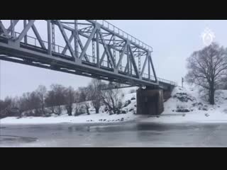 Машина с мужчиной и ребенком ушла под лед в Старой Руссе