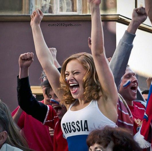 Девушки футбольные болельщицы на Чемпионате Европы 2012, Россия