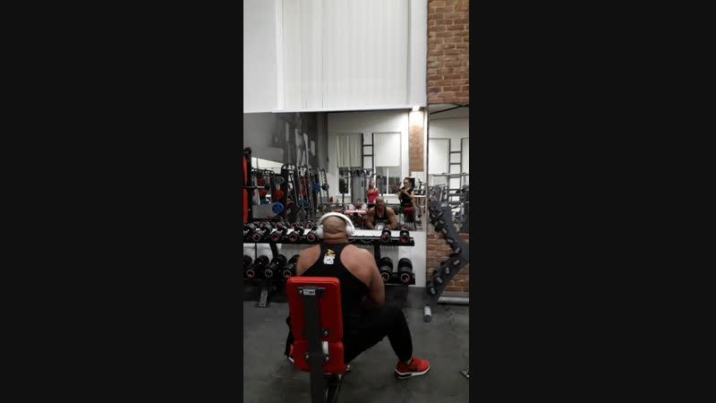 Упражнение называется УБИТЬ ТРИЦЕПС Вес гантели 60 кг.