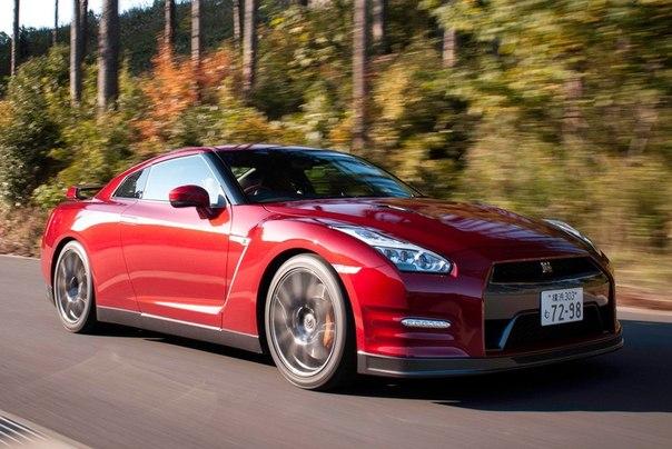 """550-сильный Nissan GT-R 2014 модельного года. Улучшена шумоизоляция, перенастроены амортизаторы, пружины и рулевое управление. Nissan даже поколдовал над """"мозгами"""" коробки, чтобы та переключалась поаккуратнее. Все для народа..."""
