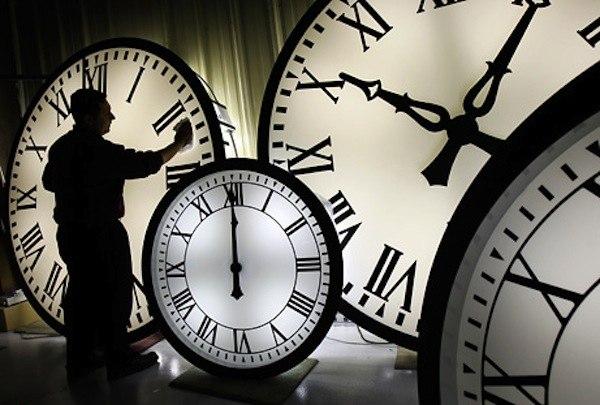 Госдума приняла закон о переходе на постоянное зимнее время. 26 октября в России переведут время на час назад и с этой даты больше переводить стрелки часов не будут.