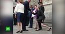Британцы высмеяли Терезу Мэй за приседания перед принцем Уильямом