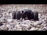 Монстер трак на РУ машинка ездит по песку воде и болоту. RC Monster truck riding on sand and water