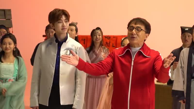 电影神探蒲松龄曝主题曲《一起笑出来》MV幕后花絮,成龙、蔡徐坤二人各种蹦蹦跳跳、有爱互动。