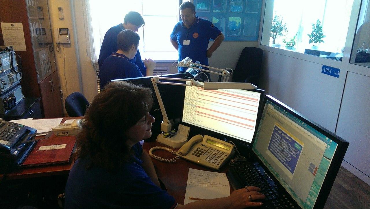 Оперативный дежурный МКУ ЕДДС выводит сообщение на мониторы в транспорте