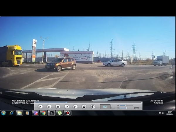 ДТП в Воронеже Renault Duster и Lada Largus столкнулись на перекрестке