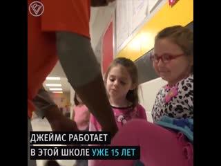 Дети поздравили глухонемого уборщика языком жестов