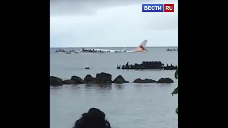 В Микронезии самолет скатился со взлетно-посадочной полосы в океан