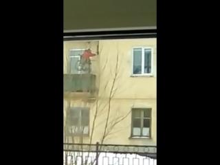Инвалид поднимается в свою квартиру по лебедке
