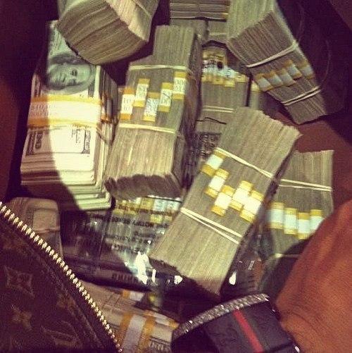 Все знают, что счастье не в деньгах, но все хотят убедиться лично.