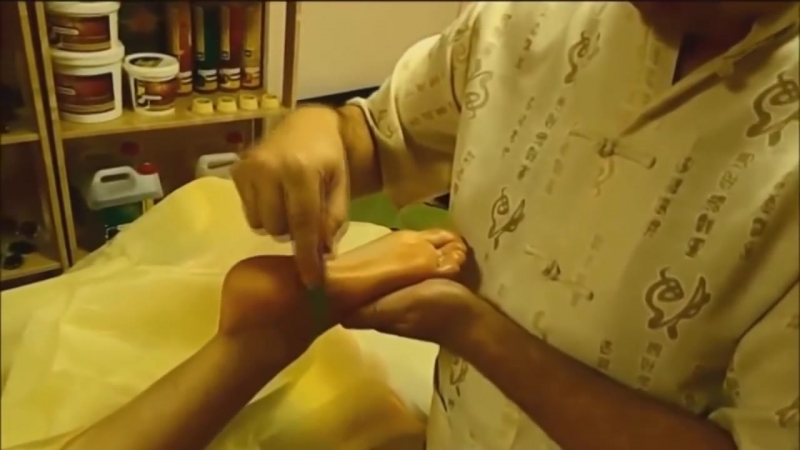 Массаж стоп нефритовым конусом. Массаж подошвы с помощью конуса из нефрита