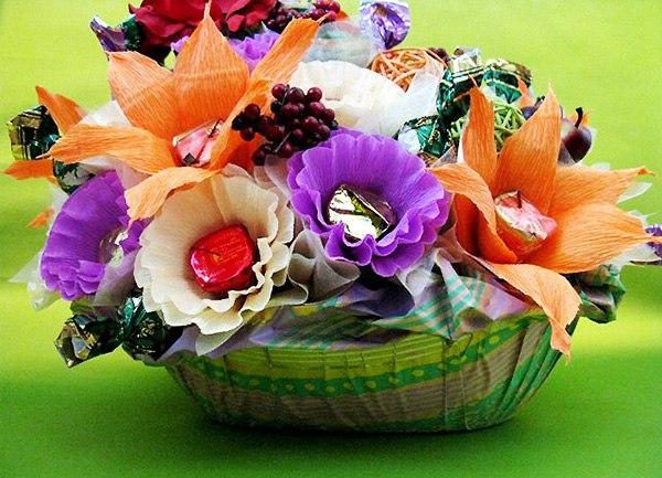 цветы из гофрированной бумаги с конфетами