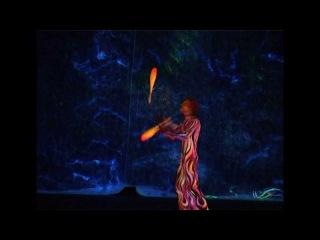 Жонглер в уф. Цирк Kresiva. juggler UV.