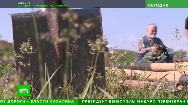 Добровольцы выкапывают оборонительные рвы для армии ДНР