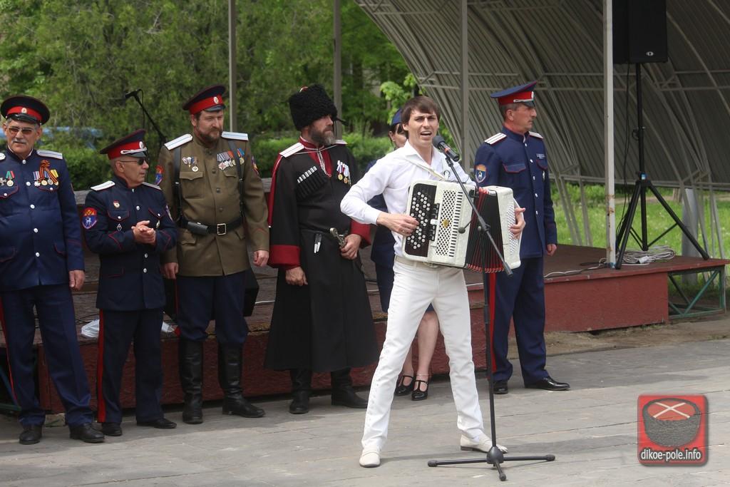 Луганские казаки в день Республики устроили народный праздник