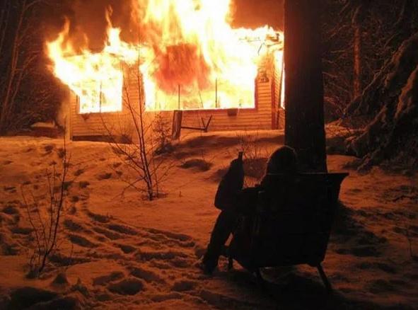 Cожитель женщины не стал спасать на пожаре её дочек: он стоял и курил В Иркутске уголовное дело завели на