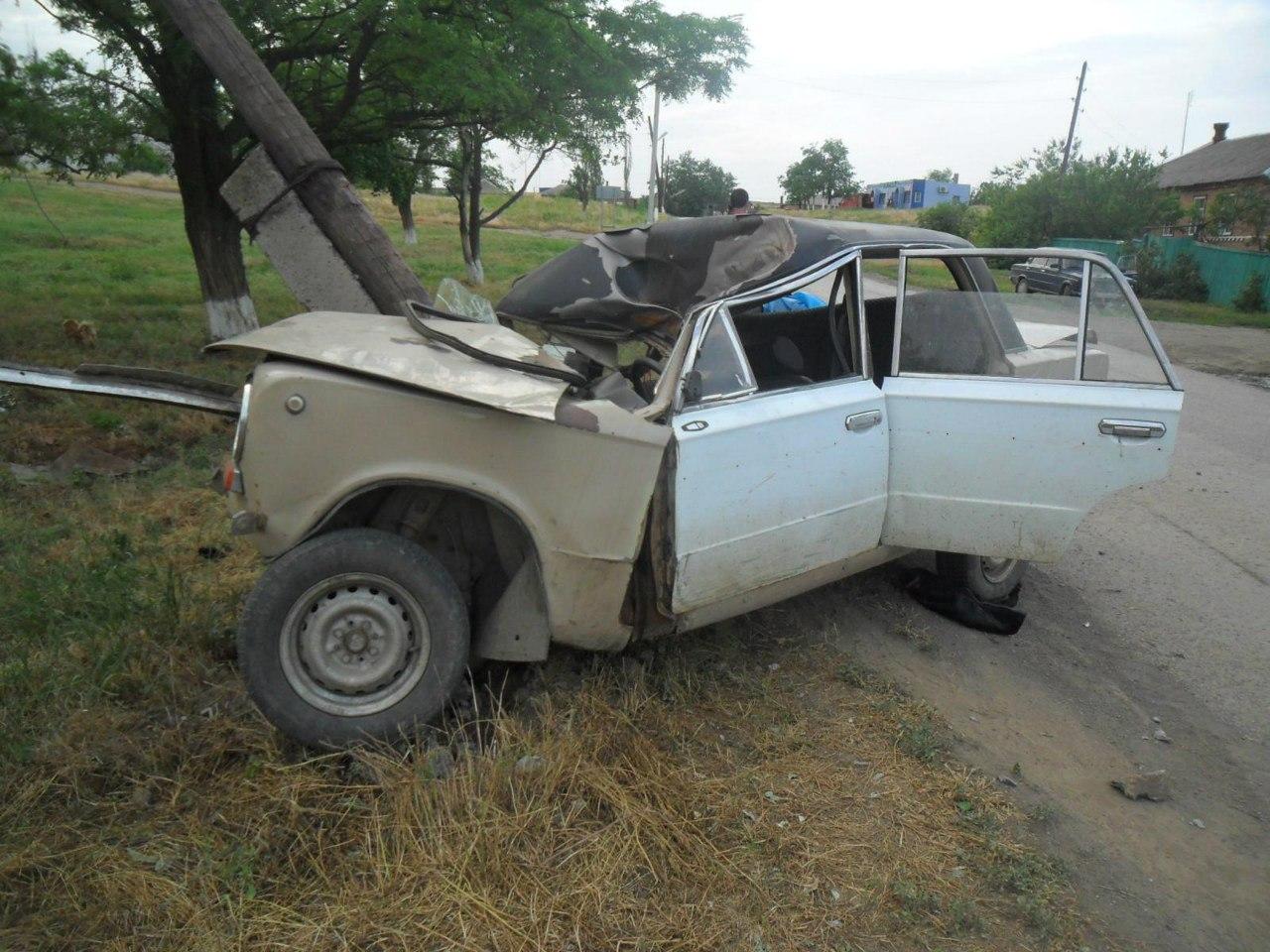 В Ростовской области пьяный водитель на «копейке» врезался в опору ЛЭП, пострадал подросток