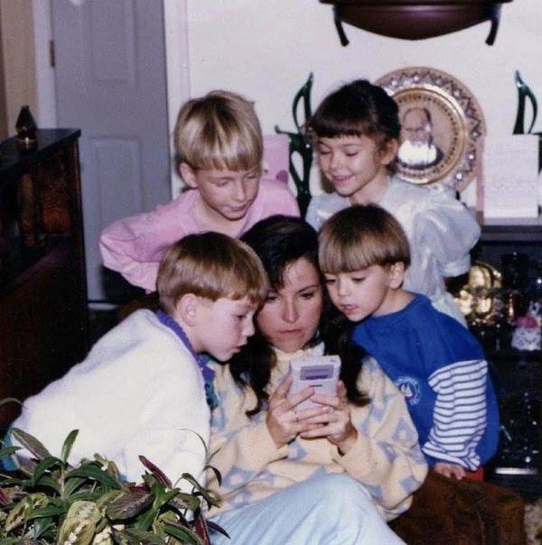 Зaботливaя мaма помогaeт детям пpoйти cложный уровeнь в Super Mario на Gameboy.