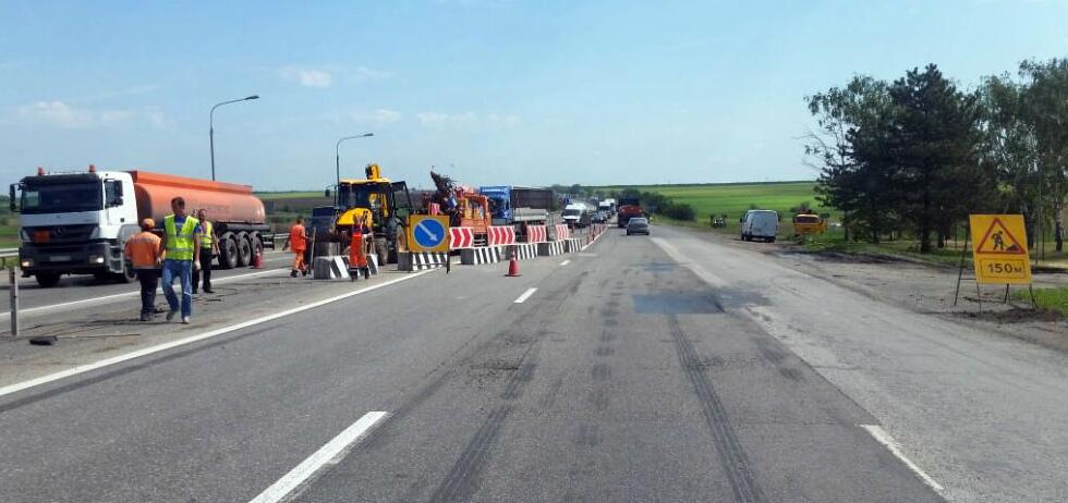 В Красносулинском районе раньше срока отремонтирован участок трассы, ведущей к границе с Украиной.
