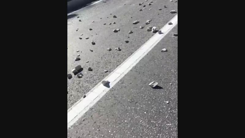 Улицу в Сочи засыпало крупным щебнем из грузовика