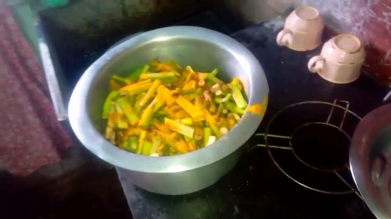 ছোট চিংড়ি দিয়ে কোচুর লতি ভাজা | Chingri Diye Kochur Loti Fry | Taro Stolon With Small Tiger Prawn
