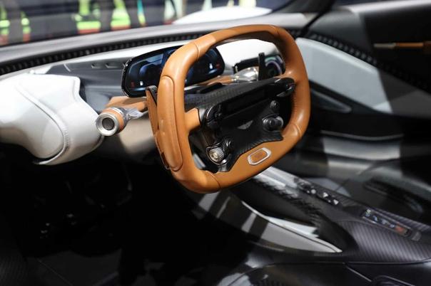 Подробнее : Aston Martin AM-RB 003 Глава Астона по дизайну Майлз Нюрнбергер признал, что модель 003 испытала сильное стилистическое влияние Валькирии, но в то же время постаралась от неё