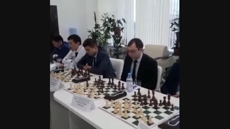 Алан Одновременной игры в банке