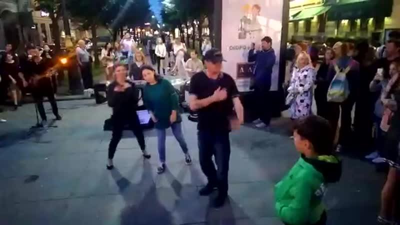Уличные музыканты.поют мастерски.и поддержка не хуже.Питер