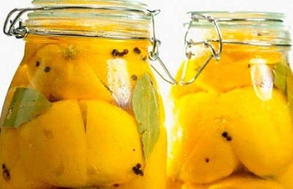 Хозяйка разрезала лимон и засыпала его солью… Увидев результат, я сделала то же самое!