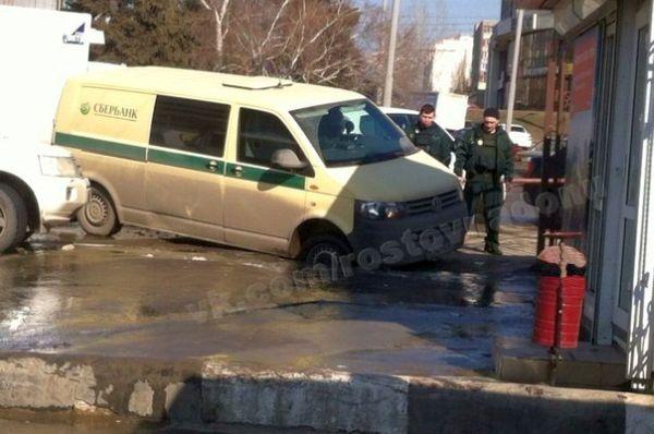 Машина инкассаторов «Сбербанка» в плену у весенних дорог