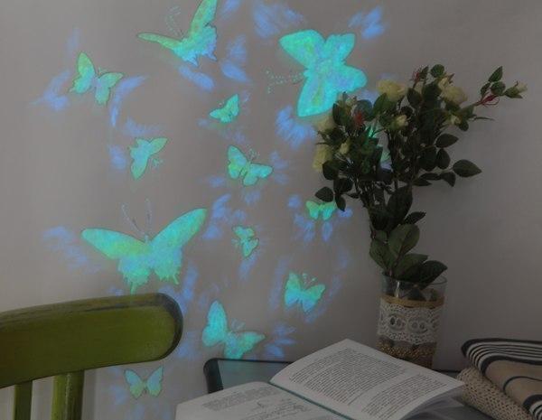 Делаем светящихся бабочек на стене Материалы: трафареты для бабочек люминофорная краска 3 вида: с желтым, зеленым и синим свечением + карандаш, губка, палитра, клей-спрей, плоская синтетическая кисть № 7, кисточки 3 шт. любой размер . 1. Подготовьте несколько трафаретов для бабочек (для каждой бабочки лучше сделать отдельный трафарет). 2. Изнаночную сторону трафаретов сбрызните клеем-спреем и приклейте на стену. 3. Разрежьте губку на три части. Укрепите части губки на рукоятках кисточек. 4.…