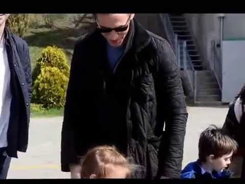 Tom Hiddleston (aka Loki) hugs little girl at Crimson Peak set